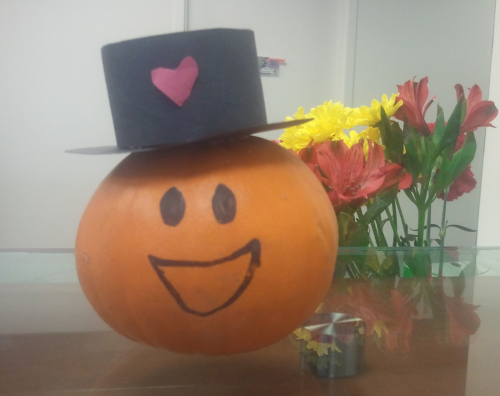Smiley face pumpkin in a top hat